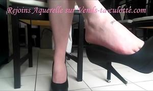 Dangling dilettante - aquerelle joue avec ses escarpins