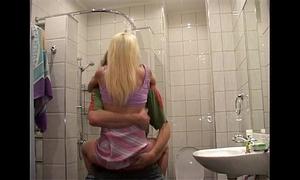 Follando con mi hermano en el baño