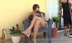 Handyman acquires bosses wifes feet