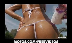 Stunning sun tanned bikini sweetheart masturbates by the pool